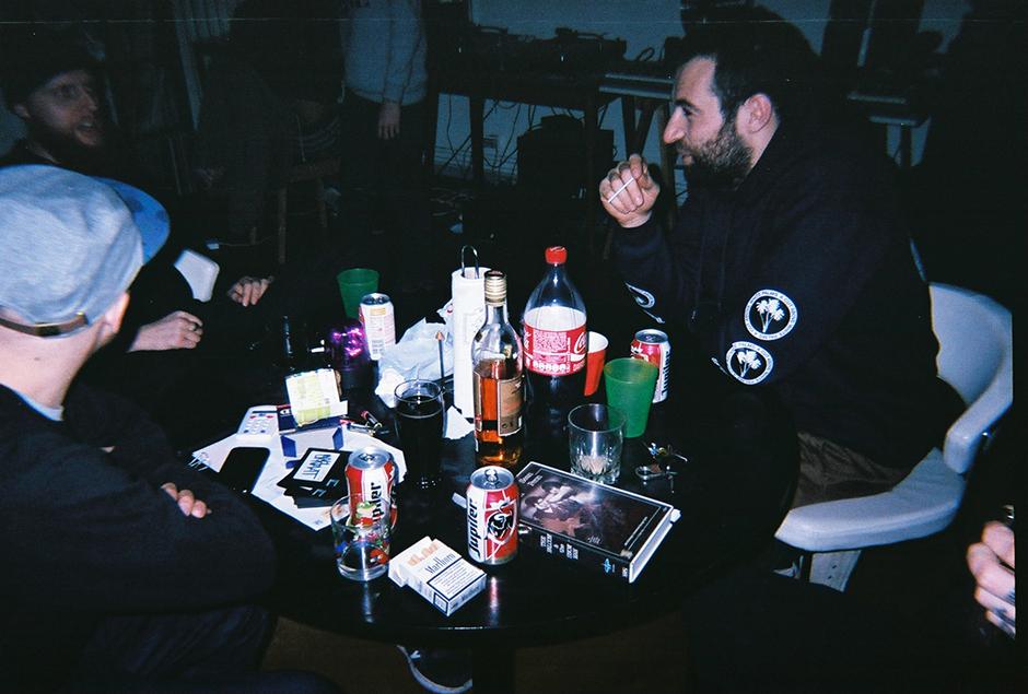 ramsi-saidi-disposables-pintjes-drinken