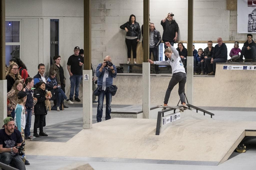 NK-skateboarden-dames-2016-realx-apeldoorn-Roos-Zwetsloot-front-board
